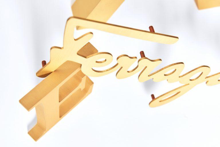 Lettere ottone pieno finitura satinata dettaglio